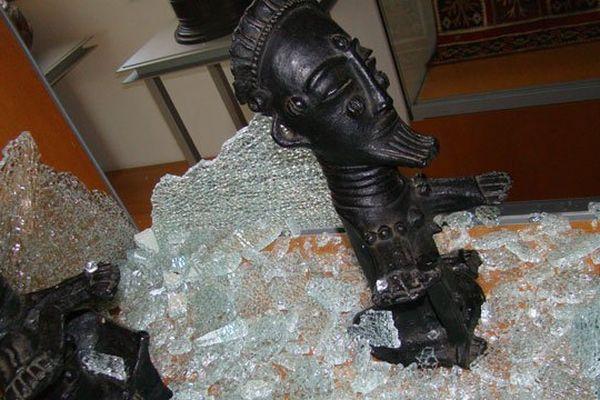 Les statuettes funéraires africaines et leur vitrine ayant volé en éclats.