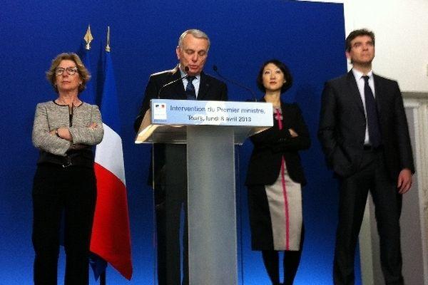 Jean Marc Ayrault entouré de Geneviève Fioraso (à gauche), de Fleur Pellerin et Arnaud Montebourg.
