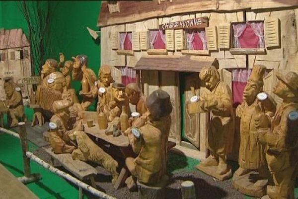 Des centaines de sculptures en bois retracent la vie du village