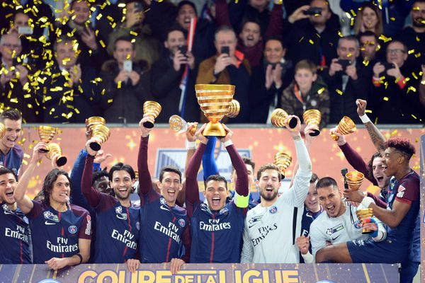 Thiago Silva (centre) et ses coéquipiers célèbrent leur victoire au stade Matmut Atlantique de Bordeaux, après la finale de la Coupe de la Ligue face à Monaco.