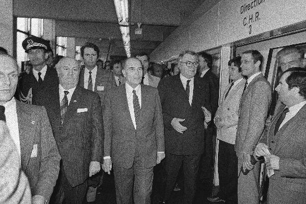 Le président François Mitterrand, le Premier ministre Pierre Mauroy et le président de la communauté urbaine Arthur Notebart (à gauche), arrivent dans une station du métro lillois, le 25 avril 1983, lors de son inauguration.