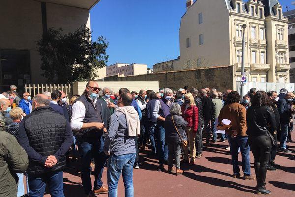 Ce merdredi 24 mars, 80 manifestants se sont déplacés à l'appel de la Fédération des Clubs Taurins du Biterrois pour soutenir le torero Sébastien Castella. - Béziers (Hérault)