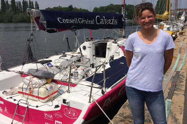 """La skippeuse normande Claire Pruvot devant le Figaro """"Port de Caen - Ouistreham"""""""