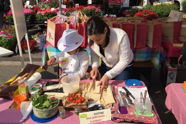 """Justine, 7 ans, participait pour la 2ème fois au concours du meilleur sandwich du marché d'Audruicq. Elle a fini 1ère de la catégorie famille avec son """"petit jardin à croquer !""""."""