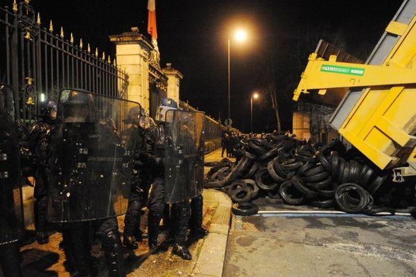 """Dans la nuit du 15 au 16 janvier, des agriculteurs déchargent des pneus usagés devant la préfecture du Mans pour contester l'application de la directive européenne """"nitrates"""""""