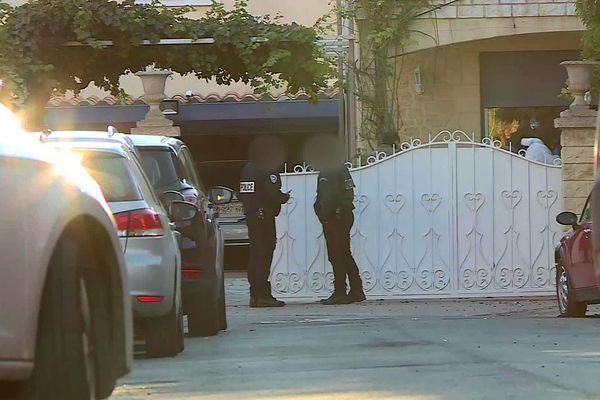 Agde (Hérault) - les policiers devant la maison de la septuagénaire décapitée et le police technique et scientifique - 14 octobre 2021.