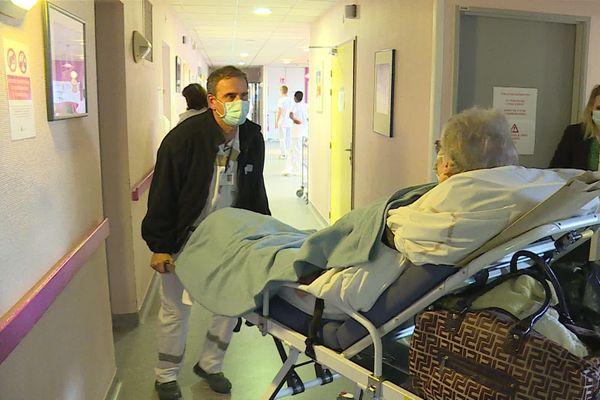 Cette dame, patiente non covid est transférée de l'hôpital du Nord Franche-Comté à Trévenans à la clinique de la Miotte.