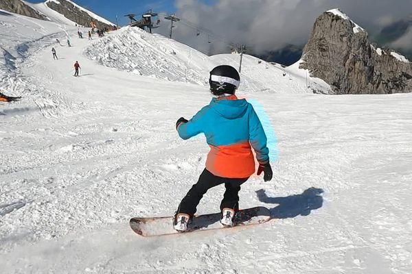 Un snowboardeur sur le domaine skiable de La Clusaz, le 23 mai 2021.