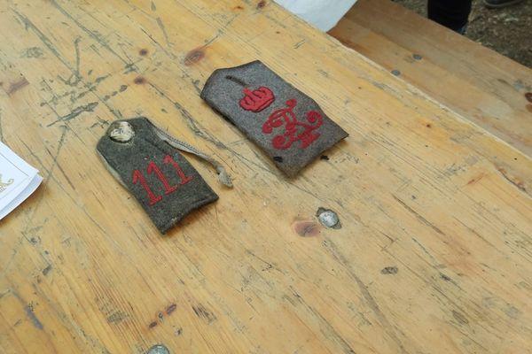 Parmi les quelques objets découverts, ces galons d'épaule confirment la présence sur le site des hommes du 111ème régiment d'infanterie de réserve de Bade.