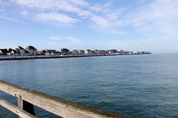 Dans le Calvados, à Luc-sur-Mer sur la Côte de Nacre, un ciel ensoleillé baignera ce vendredi.