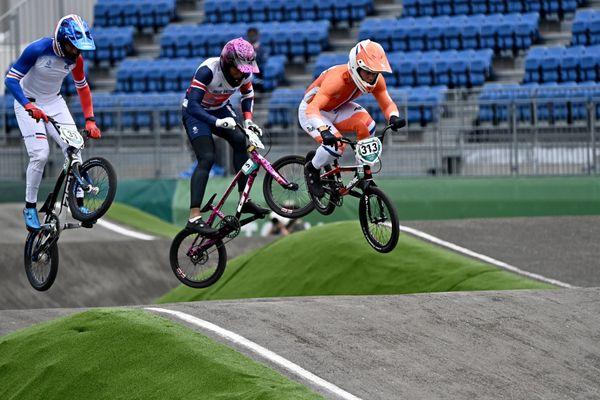 Le Bordelais Joris Daudet, le Britannique Kye Whyte et le Néerlandais Niek Kimmann lors des demi-finales de BMX aux Jeux Olympiques de Tokyo (30/07/2021)