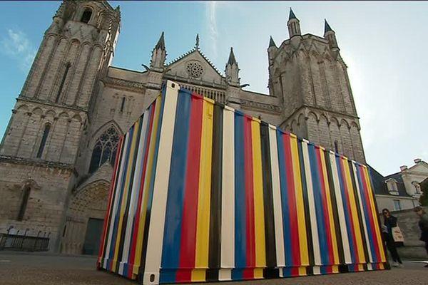 """L'oeuvre de l'artiste Kimsooja devant la cathédrale St-Pierre de Poitiers dans le cadre de """"Traversées""""."""