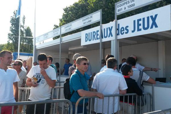 Au parc Borély, 12 336 boulistes viennent retirer leur bulletin de jeux, véritable carte d'identité de chaque équipe.