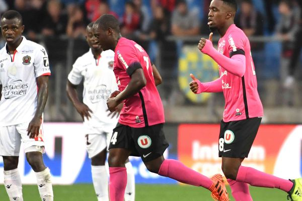 Mbenza célèbre son but devant les Niçois dépités. Ils sont menés 2-0.