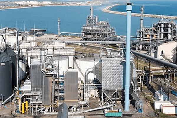 Sète (Hérault) - la nouvelle chaudière biomasse (au 1er plan) et l'unité d'estérification - octobre 2015.
