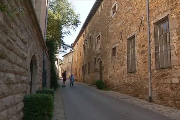 L'hôpital de Saint-Léonard-de-Noblat, lieu de vie et d'accueil gratuit des siècles durant, aujourd'hui à l'abandon.