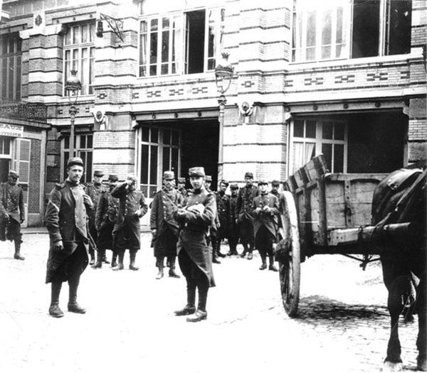 Cours de l'usine des biscuits Pernot, le 02 août 1914. Pendant la guerre les ouvriers sont mobilisés.