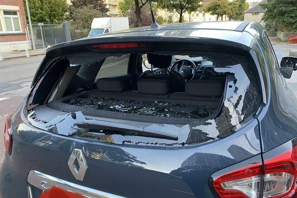 La voiture de reportage après l'agression des journalistes d'M6
