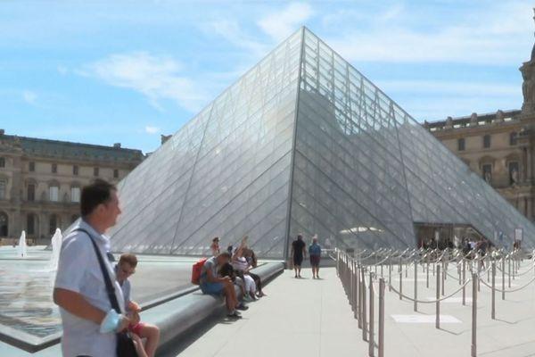 La pyramide du Louvre, dimanche 3 août.