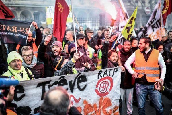 Quelques centaines de manifestants se sont rassemblés près de la gare de l'Est à Paris en soutien aux cheminots, ce jeudi 26 décembre.