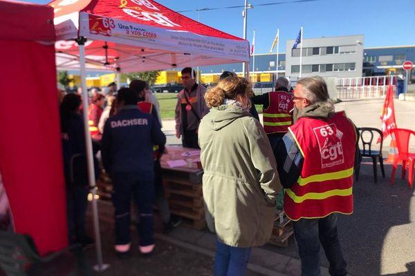 A Combronde dans le Puy-de-Dôme, des salariés ont installé un piquet de grève devant l'entreprise de transport Dachser.