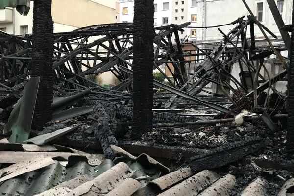 Le bâtiment en bois avait été complètement détruit