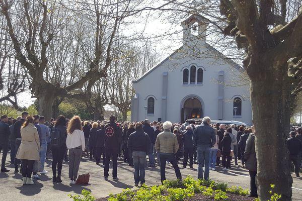 500 personnes étaient présentes devant l'église Saint-Eugène du Creusot.