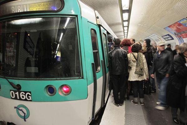 Un appel à la grève illimitée a été lancé à la RATP et la SNCF en vue du 5 décembre, contre la réforme des retraites, très contestée (illustration : grève du 13 octobre 2010).