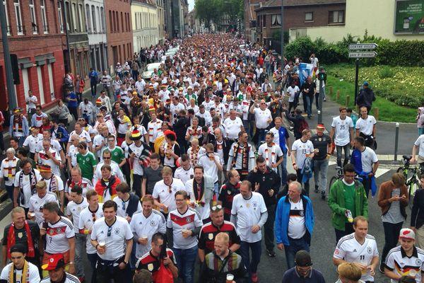 La marche vers le stade Pierre Mauroy des fans de l'Allemagne vue du bus rue de Cambrai (Lille)
