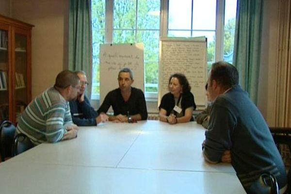 Les malades se réunissent pour discuter de leurs problèmes, liés à l'alcool.