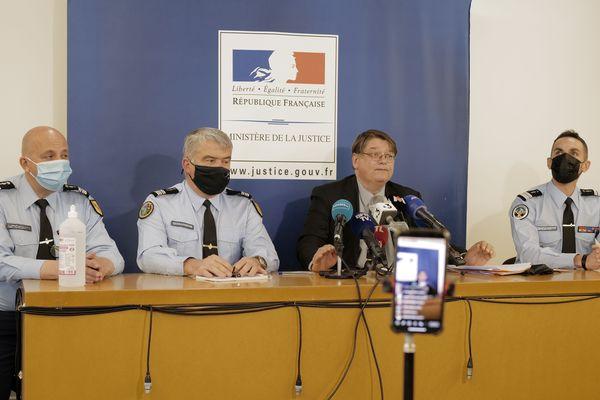 Le procureur François Pérain et la section de recherche de la gendarmerie de Nancy pendant la conférence de presse dimanche 17 avril. La petite fille Mia a été retrouvée dans un squat du canton de Vaud en Suisse.