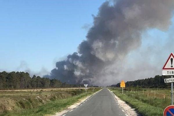 La fumée est visible à plusieurs kilomètres à la ronde, l'origine du feu est encore indéterminée