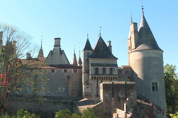 Le mobilier de cette bâtisse du XIIe siècle a été vendu sur décision judiciaire.