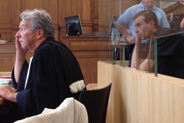 Maître Michel Grebot (avocat de la défense) et Jean-Pierre Mura, l'accusé, le 11 juin 2015 à Chalon-sur-Saône.
