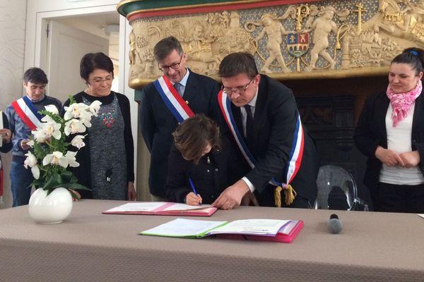 La famille a signé l'acte de parrainage ce matin à la maire de Cherbourg-en-Cotentin.