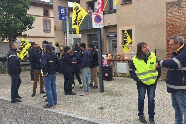 Plusieurs piquets de grève se sont tenus sur plusieurs communes du Tarn-et-Garonne, comme ici devant la poste de Grisolles.