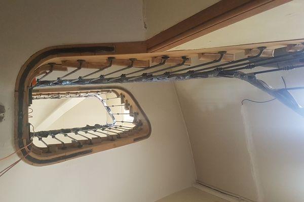 L'escalier a été rénové, les boiseries murales et les parquets ont été décapés, et attendent d'être huilés.