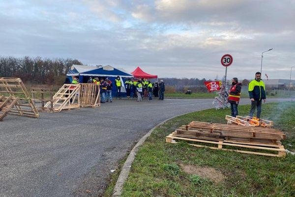 Les salariés de l'entreprise Stef à Montbartier dans le Tarn-et-Garonne sont en grève depuis mercredi 16 mars et bloquent l'accès au site