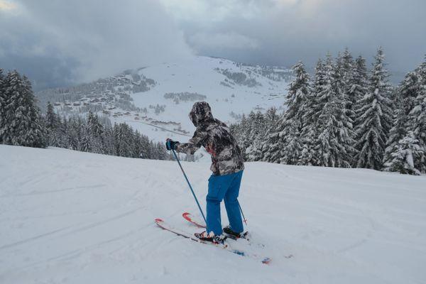 Un skieur sur le domaine de la station des Saisies.