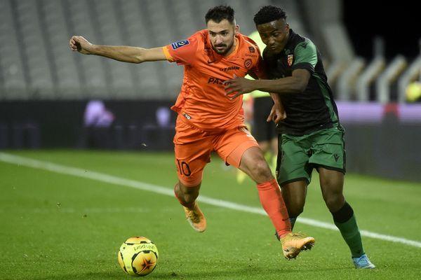 l'Héraultais Gaëtan Laborde, que tente de contrer Simon Banza du RC Lens, a finalisé la victoire de Montpellier ce samedi soir en Ligue 1.