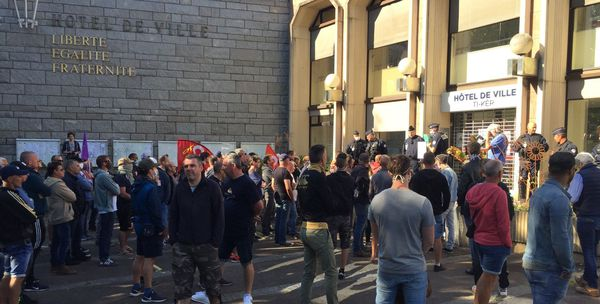 Après le rassemblement devant la sous-préfecture de Lorient, les salariés de la Fonderie de Bretagne se sont déplacés vers la mairie de Lorient.