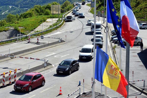 Les personnes venues en voiture du Pas de la Case, en Andorre, font la queue à la frontière française le 1er juin 2020.