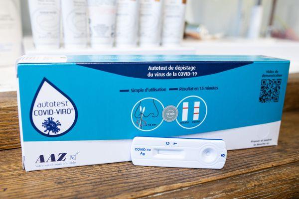 Selon les répartitions des grossistes français, les pharmacies reçoivent en Normandie, pour cette première semaine, une vingtaine de tests par officine. On les trouve peu en exposition, pour que le pharmacien puisse discuter avec l'acheteur sur la bonne raison de faire ce test, ou pas et son mode d'emploi. Demandez-le si vous voulez le voir de près.