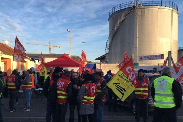 Jeudi 19 décembre, le dépôt de carburant de Cusset, près de Vichy, dans l'Allier, était bloqué par des syndicalistes.