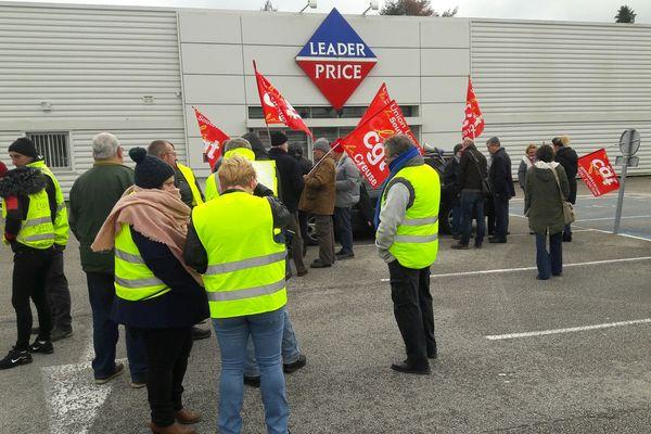 Manifestation de soutien aux employés du Leader Price qui va fermer.