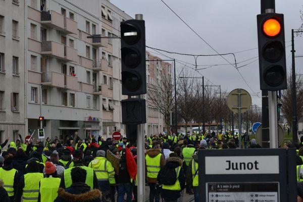 """Une partie des """"gilets jaunes"""" devant l'arrêt de tram Junot à Dijon samedi 2 février 2019"""