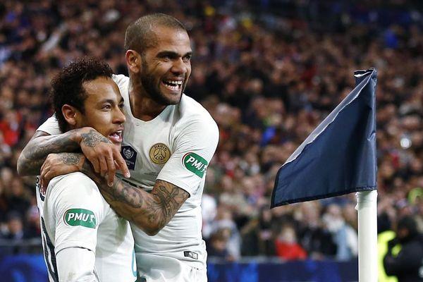La joie de Dani Alves dans les bras de Neymar, lors de la finale de la Coupe de France face au Stade Rennais en avril dernier, au Stade de France.