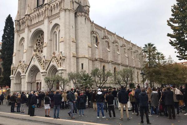 Des fidèles se sont rassemblés devant la basilique Notre-Dame de l'Assomption à Nice, le 15 novembre 2020