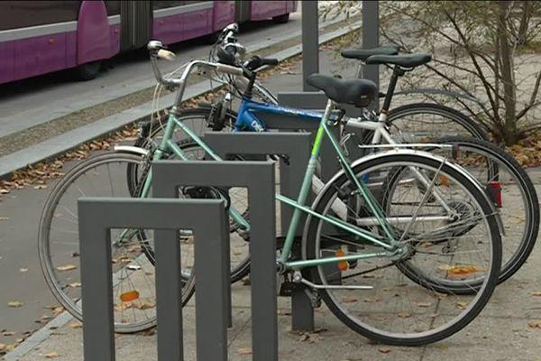 Insécurité, cohabitation avec les automobilistes difficile, stationnement contraignant ... Les avis négatifs des cyclistes qui ont répondu à l'enquête vélo de Metz Métropole.