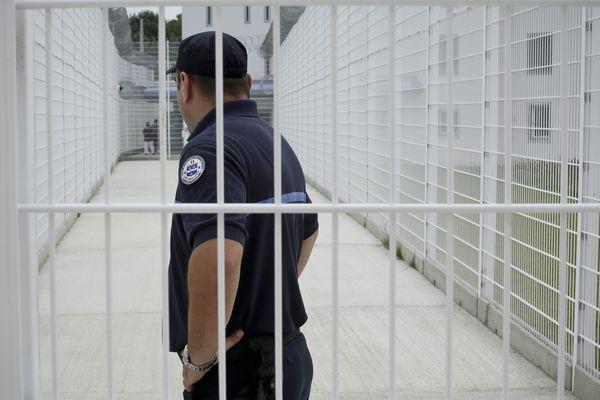 Un détenu de 35 ans a été retrouvé mort mercredi pendu dans sa cellule du centre pénitentiaire de Saran (Loiret), le troisième suicide en 15 jours dans cet établissement, a-t-on appris jeudi auprès de l'administration pénitentiaire.